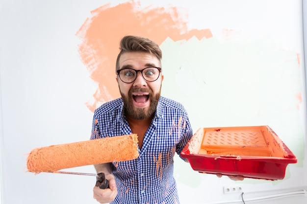 新しい家の内壁を描く男