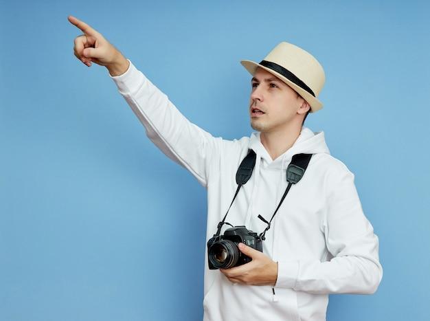 남자 파파라치 기자는 센세이션을 찾기 위해 먼 곳을 바라보고 있습니다.