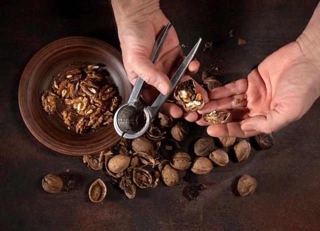Человек чистит орехи щелкунчиком