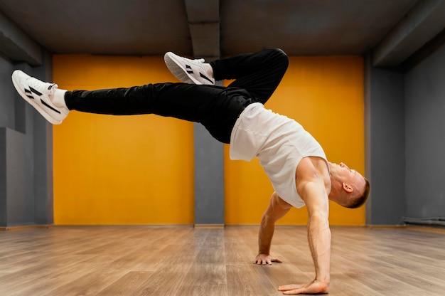 Breakdance를 수행하는 사람