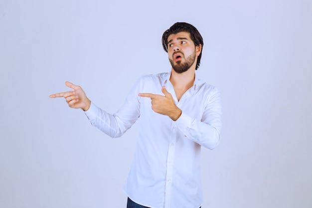 Мужчина выступает на сцене, обращаясь к зрителям.
