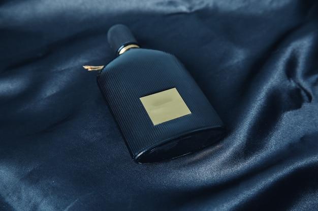 暗い背景に男の香水