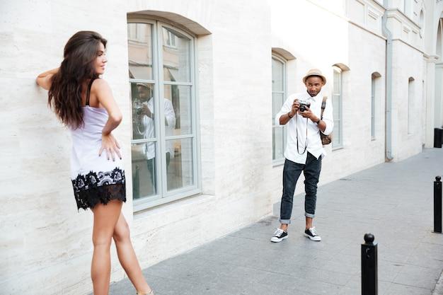 路上でモデルを撮影する男