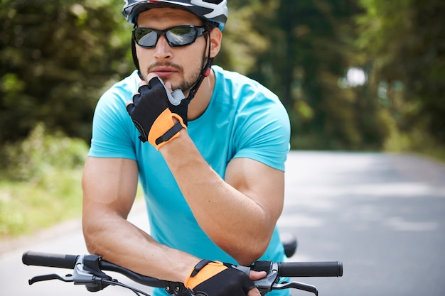 그의 자전거 목적지를 계획하는 남자