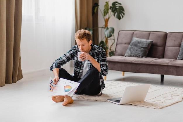 Uomo che pianifica di ridipingere la casa