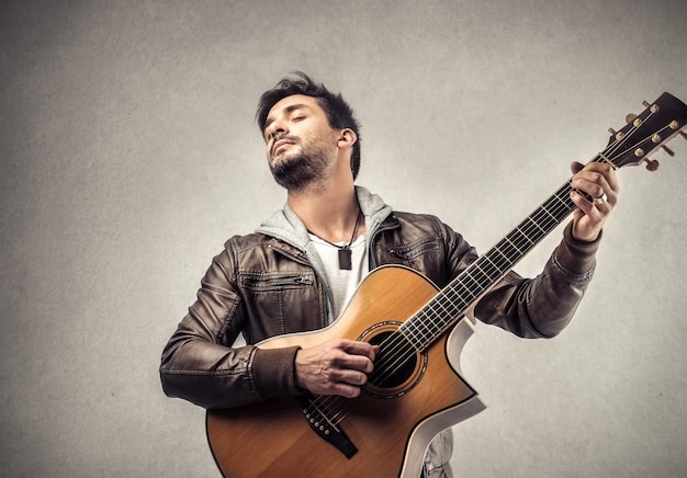 A man play guitar