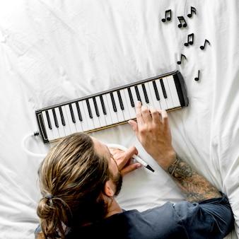 미니 피아노를 연주하는 남자