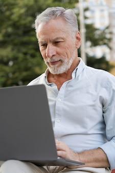 ノートパソコンで数独ゲームをしている男