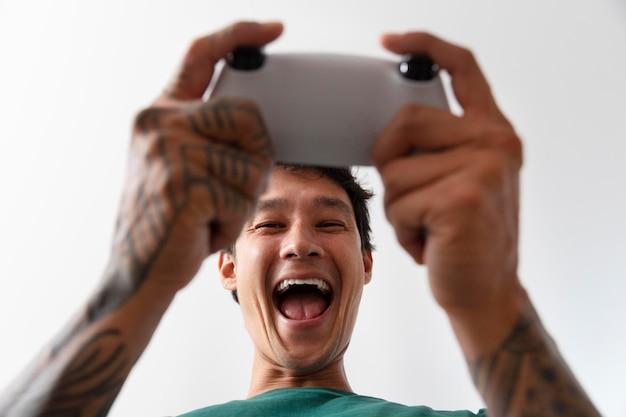 彼のコンソールでビデオゲームをしている男