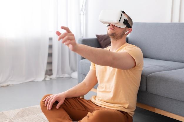 Человек играет в видеоигру в очках vr