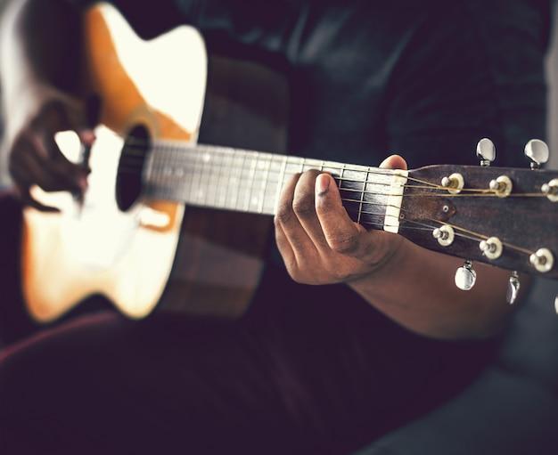 남자는 어쿠스틱 기타를 혼자 연주