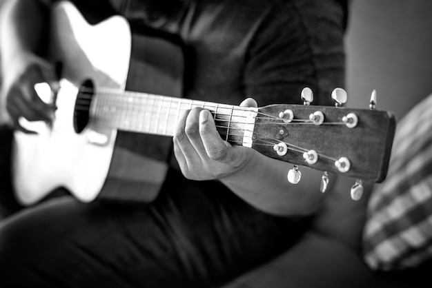 Человек играет на акустической гитаре
