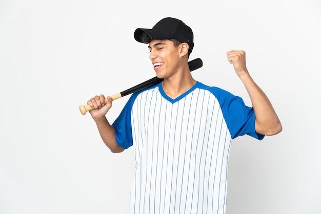 남자는 승리를 축하 격리 된 흰색 배경 위에 야구를
