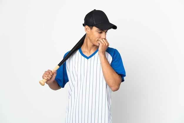 Человек играет в бейсбол на изолированном белом фоне с сомнениями