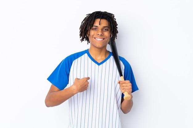 Человек играет в бейсбол