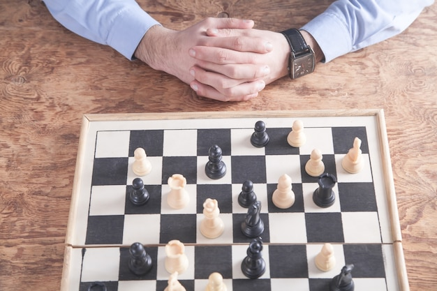 Человек играет в шахматы. концепция стратегии конкуренции