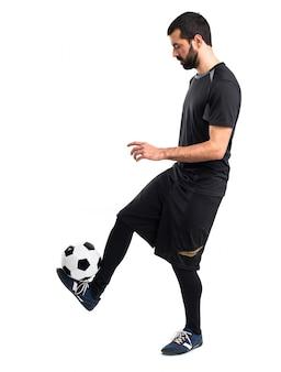 Человек играет в футбол