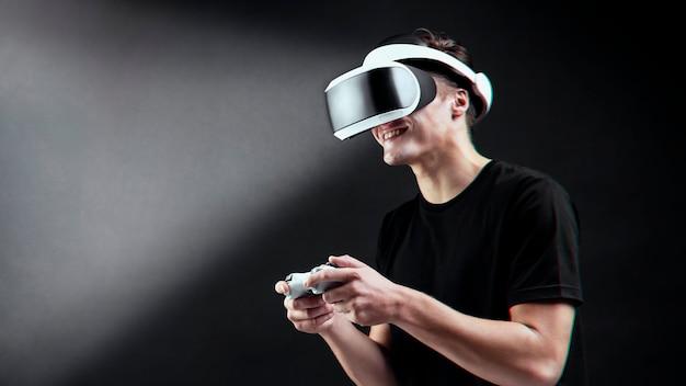 Человек, играющий в игру с vr-гарнитурой, опыт виртуальной реальности