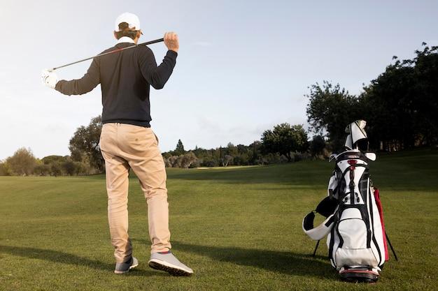 Uomo che gioca a golf sul campo
