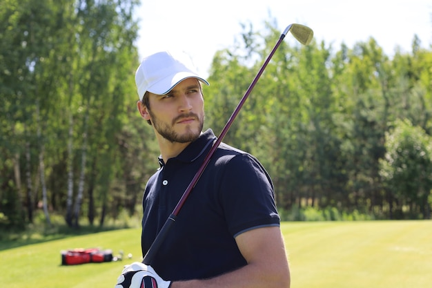 아름다운 햇살 가득한 녹색 골프 코스에서 골프를 치는 남자.