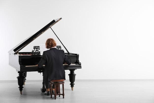 コンサートでグランドピアノを弾く男