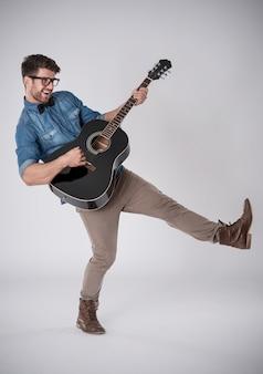 男ギターを弾く