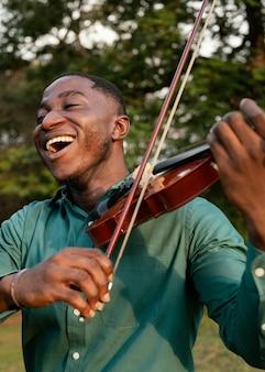 Uomo che suona uno strumento sulla giornata internazionale del jazz