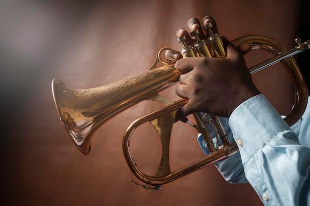 Uomo che suona musica il giorno del jazz