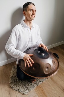 행 드럼 또는 스틸 드럼, 행판에서 연주하는 남자