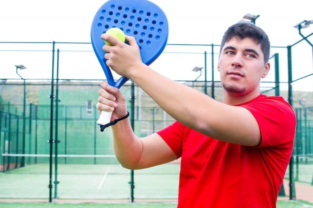 パドルテニスとも呼ばれるパドルテニスをしている男