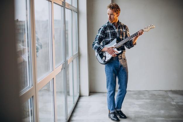 기타에 솔로 연주하는 남자
