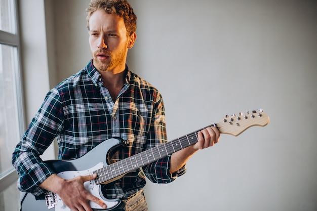 Человек играет соло на гитаре