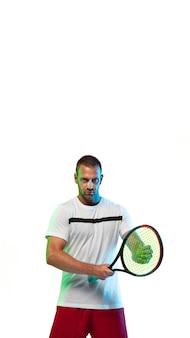 ネオンライト、ソーシャルメディア、広告、オファーのコピースペースと垂直チラシで白いスタジオの背景に分離されたテニスをしている男。スポーツ、運動、行動、成果、健康の概念。