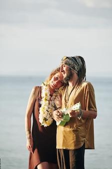 우쿨렐레를 연주하고 아내를 위해 노래하는 남자