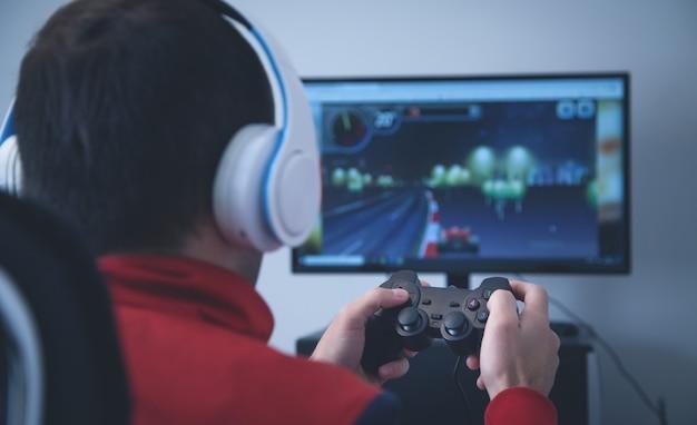 Человек, играющий в видеоигры дома