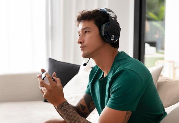 Uomo che gioca a un videogioco con la sua console
