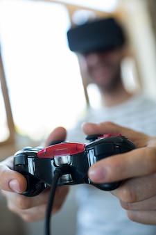 Человек играет видеоигры