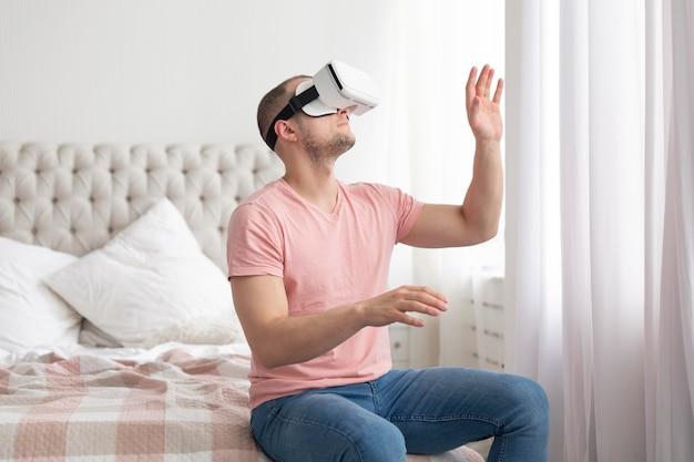 Человек играет в видеоигры в очках виртуальной реальности
