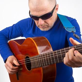 Мужчина играет на классической гитаре. музыкальное творчество. струнный музыкальный инструмент