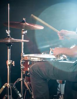 Человек играет на барабане, вспышка света