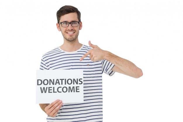 寄付のウェルカムノートを指す男