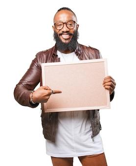 Uomo che indica la sua scheda