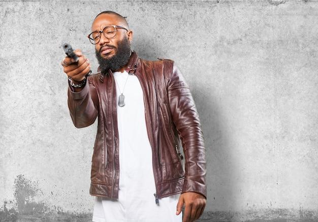 Человек, указывая с ружьем
