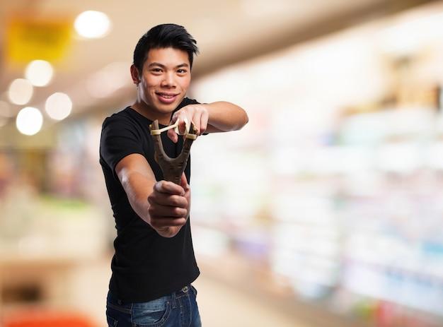 새총으로 가리키는 남자