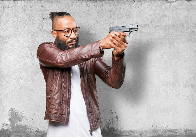 Uomo che punta con una pistola