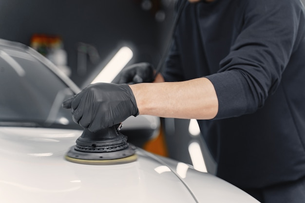 ガレージで車を磨く男