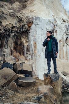 採石場で男のポーズ
