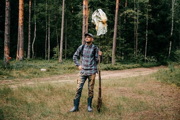 숲에서 포즈를 취하는 남자