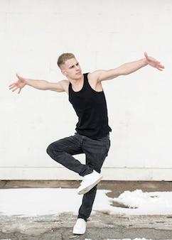 Equipaggi la posa mentre ballano all'hip-hop con neve