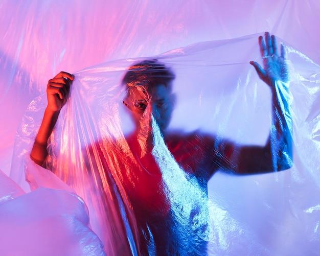 Человек позирует с пластиковой фольгой